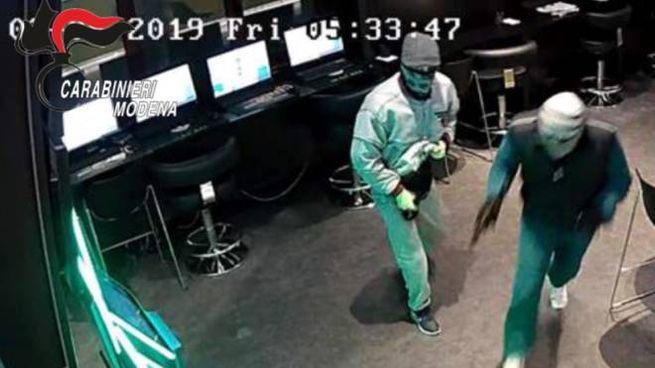 Mirandola, i rapinatori sono stati ripresi dalle telecamere di sicurezza