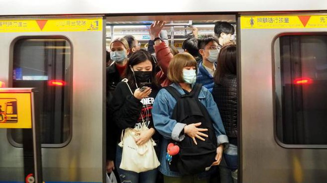 Coronavirus in Cina, passeggeri con la mascherina a Taipei (foto Ansa)