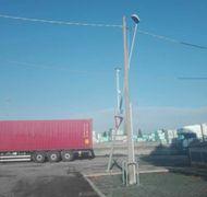 Lampione divelto dai camion in via Stradello Romano