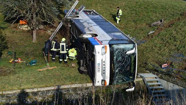 Lo scuolabus finito in un fosso in Germania (Ansa)
