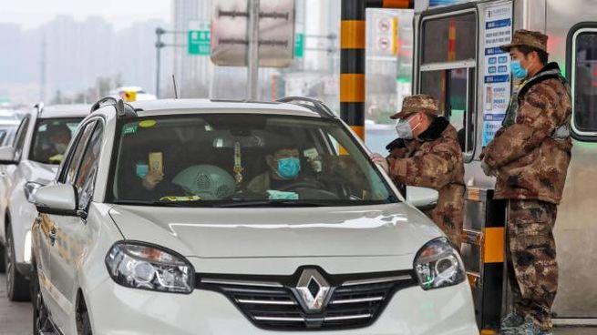 Cina, i controlli a Wuhan (foto Ansa)