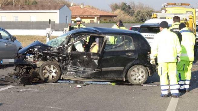 Incidente a Fano, l'auto semidistrutta dopo lo schianto