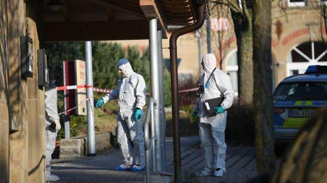 La polizia scientifica sul luogo della sparatoria di Rot am See (Afp)