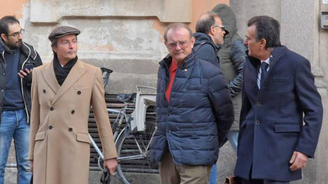 Claudio Rampini, 63 anni, al centro con il giubbotto all'uscita dal Tribunale