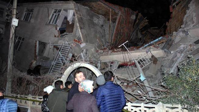 Terremoto in Turchia, edificio distrutto a Elazig (Ansa)