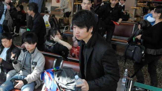 Viaggiatori orientali ieri in attesa al check-in dell'aeroporto varesino