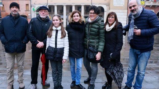 Paolo Rumiz con la preside Maria Elisabetta Vigna e la prof Giorgia Bisio (Foto Donzelli)