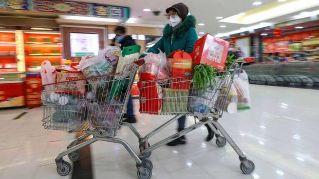 Virus cinese, a Wuhan si fanno scorte alimentari (Ansa)