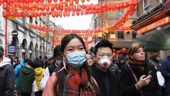 Londra, con la mascherina al Capodanno cinese (Ansa)