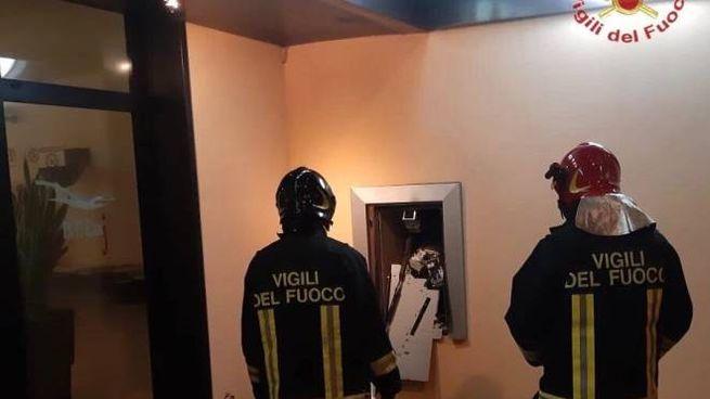 Furto di un bancomat con l'esplosivo (Foto vigili del fuoco)