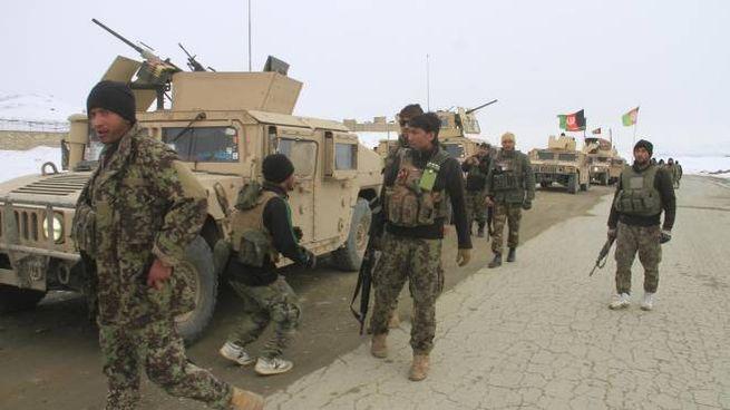 L'esercito afghano in partenza verso il luogo dell'incidente (Ansa)