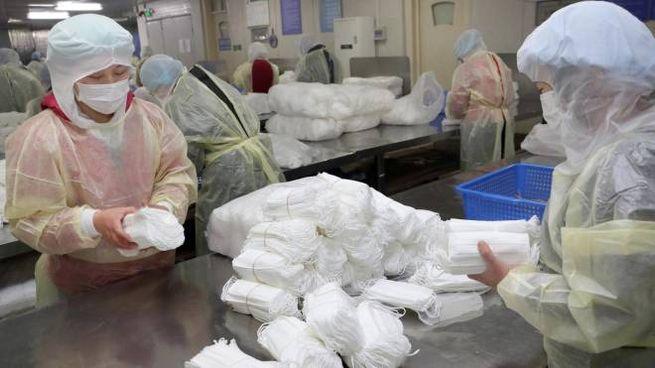 Controlli sul coronavirus in Cina (Ansa)