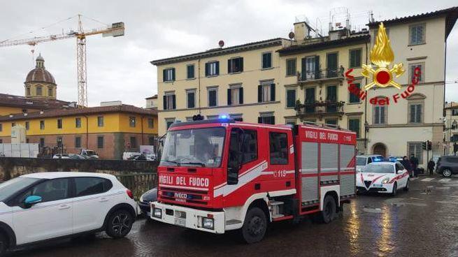 L'intervento dei vigili del fuoco per recuperare un uomo finito in Arno