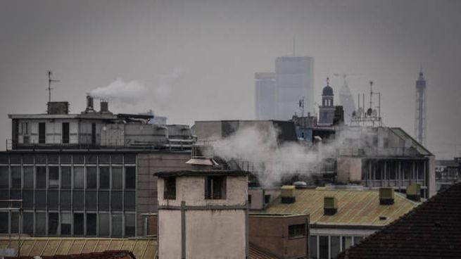 Smog, scattano nuovi blocchi in Pianura Padana. Nella foto Milano (Ansa)
