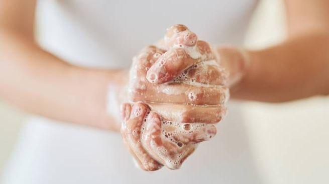 Coronavirus, lavare frequentemente le mani tra le regole per prevenire la diffusione (foto