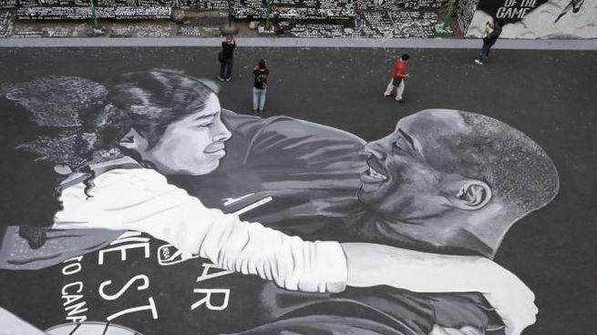 Kobe Bryant e la figlia in un'opera realizzata nelle Filippine