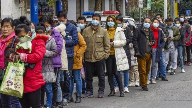 Coronavirus, code in Cina per comprare maschere (Ansa)