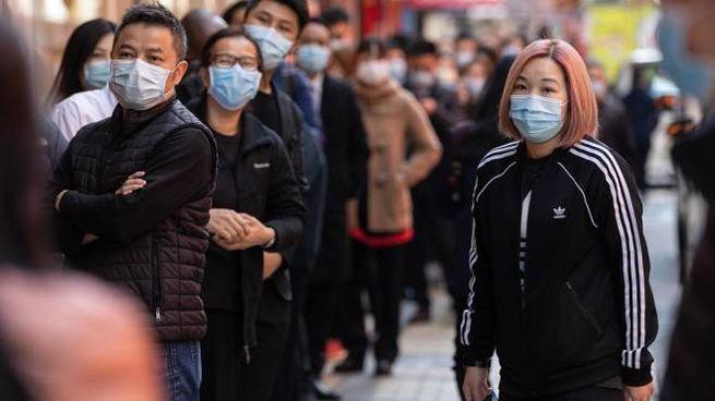 Cittadini cinesi con la mascherina per la paura del Coronavirus
