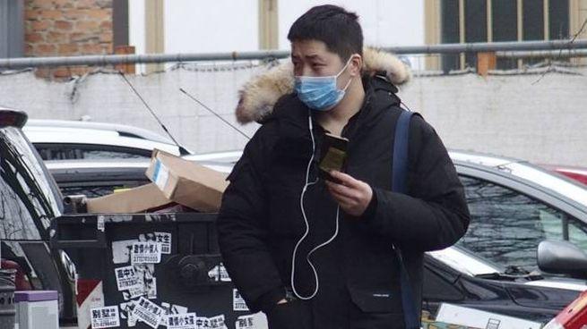 Nel popoloso quartiere cinese di Prato in molti girano già con le mascherine