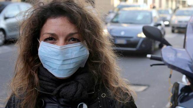 Una ragazza con la mascherina