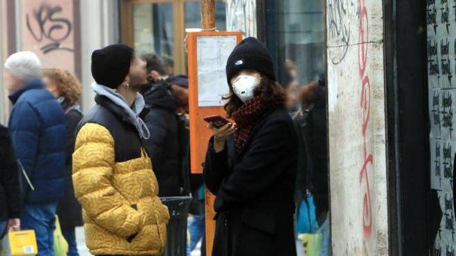 Coronavirus, mascherine anche per le vie di Milano (Ansa)