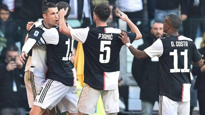 Cristiano Ronaldo festeggiato dai compagni (Ansa)