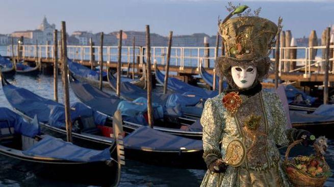 Una maschera sul Canal Grande, a Venezia