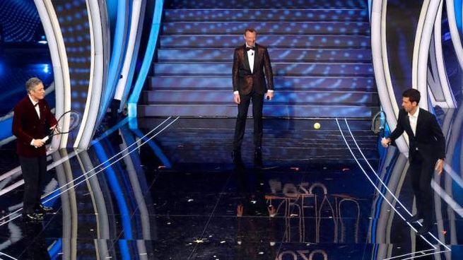 Sanremo 2020, Fiorello e Djokovic palleggiano sotto lo sguardo di Amadeus (Ansa)