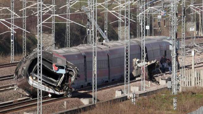 Il treno deragliato a Lodi (Ansa)