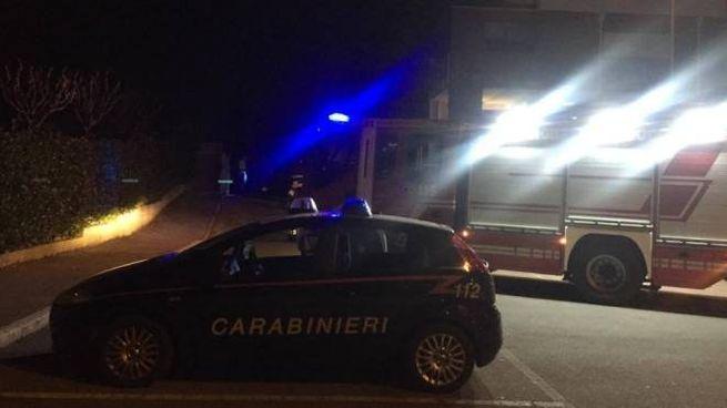 I vigili del fuoco al lavoro tra via Italia e via Leonrdo Da Vinci per fermare la fuga di