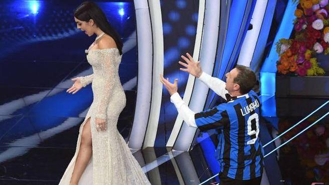 Sanremo, Amadeus e Georgina Rodriguez nello scherzo a tema calcistico