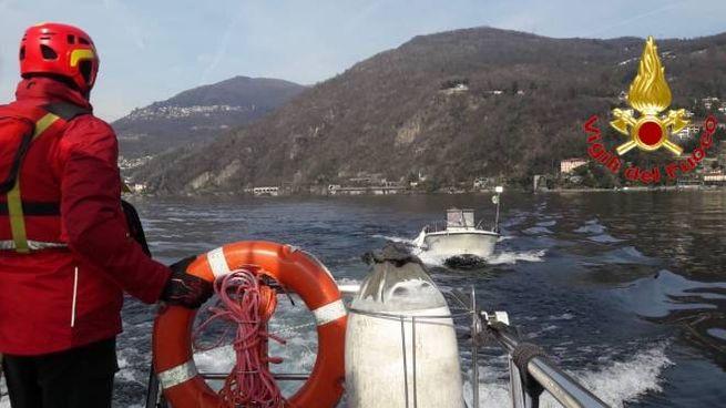 I vigili del fuoco trainano in porto la barca recuperata