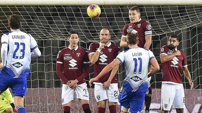 Gaston Ramirez pennella un gol su punizione (Ansa)
