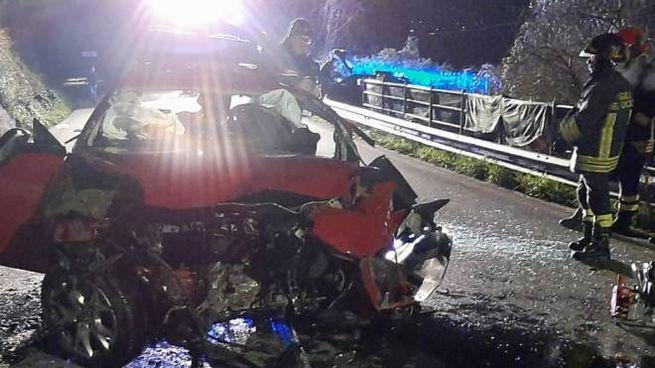 Ciò che rimane dell'Alfa Romeo 'Mito' coinvolta nel tragico incidente della notte scorsa i