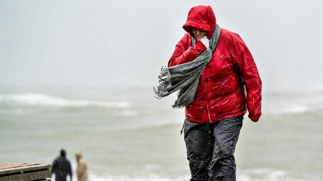 La tempesta Ciara si abbatte sul Nord Ovest dell'Europa (foto Ansa)
