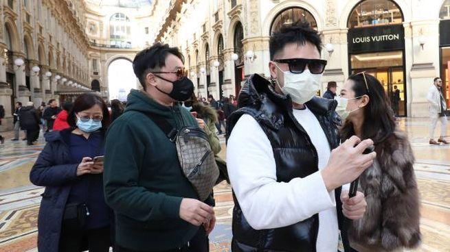 Turisti cinesi con le mascherine tra le boutique della Galleria Vittorio Emanuele