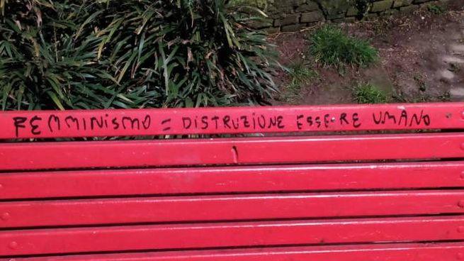 La panchina rossa imbrattata
