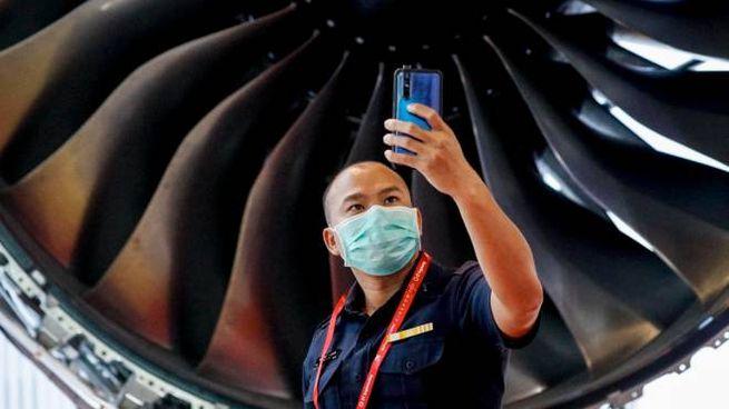 Coronavirus, un uomo con una mascherina protettiva a Singapore (foto Ansa)