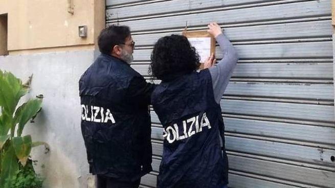 Nella foto d'archivio (Dire), agenti di Polizia mettono i sigilli a un centro estetico