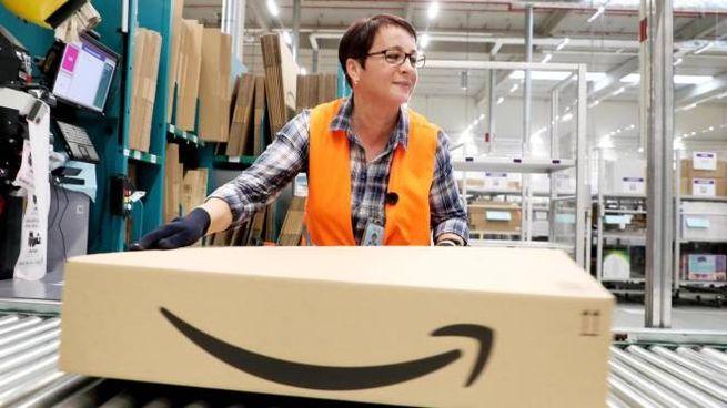 Una lavoratrice in uno dei centri di smistamento di Amazon
