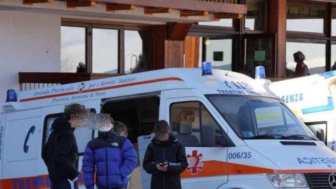 Le ambulanze fuori dall'hotel. Foto concessa da Isidoro Bertolini