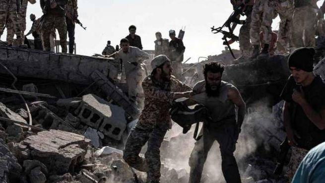 Scene quotidiane durante la guerra civile in corso ormai da anni in Libia