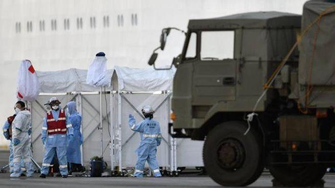 Virus Cina, personale sanitario vicino alla nave Diamond Princess (foto Ansa)