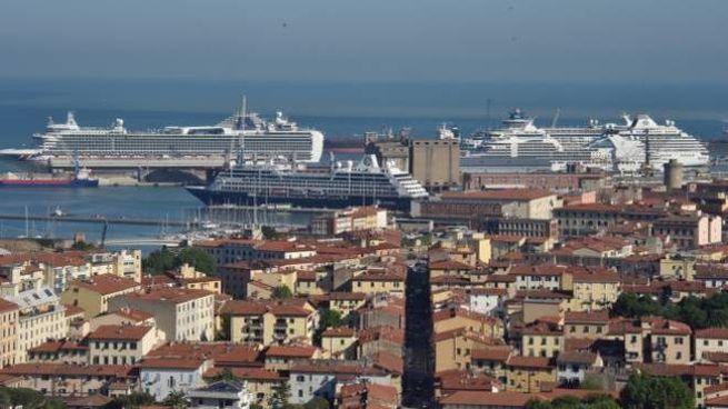 Una panoramica del porto di Livorno