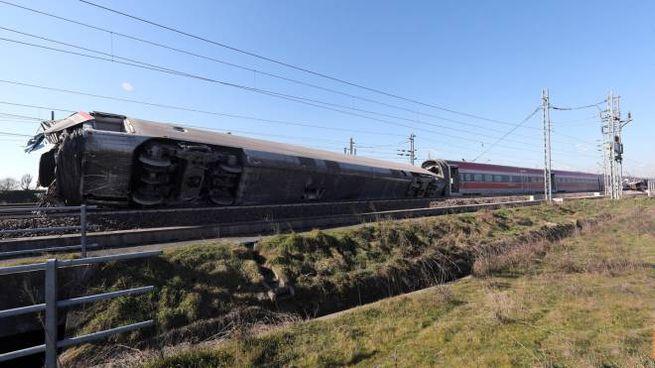 Il Frecciarossa ribaltato lungo la ferrovia nel Lodigiano (Ansa)