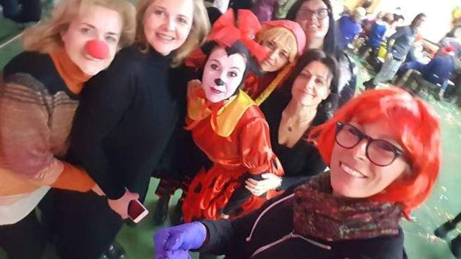 L'associazione Holtre al completo al Carnevalhando 2019