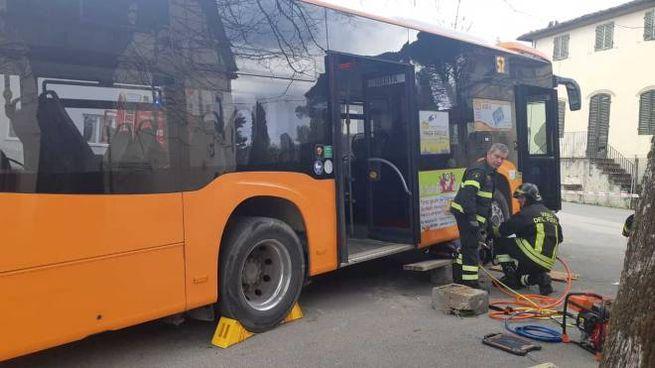 I vigili del fuoco al lavoro sul luogo dell'incidente (foto Alcide)