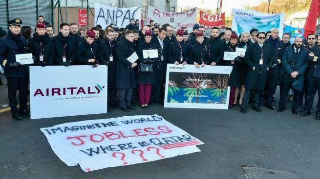 Il presidio dei lavoratori di Air Italy di fronte all'hangar sede dell'azienda