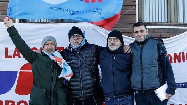 Il primo a sinistra con la bandiera in mano è Vito De Gregorio della Uilm