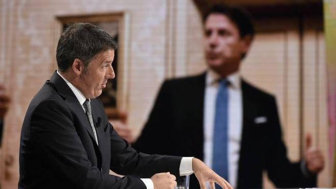 Matteo Renzi e, sullo sfondo, un'immagine di Conte (ImagoE)
